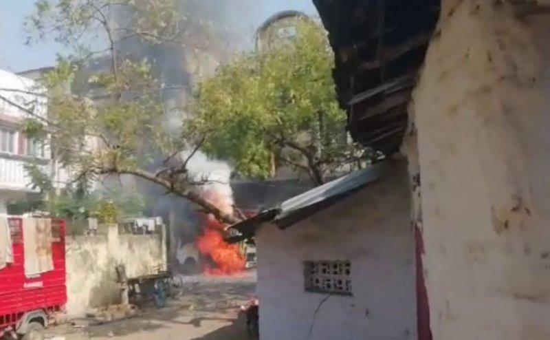 गोरखपुर में गाड़ी में रखे अवैध पटाखे में अचानक लगी आग, मचा हड़कंप