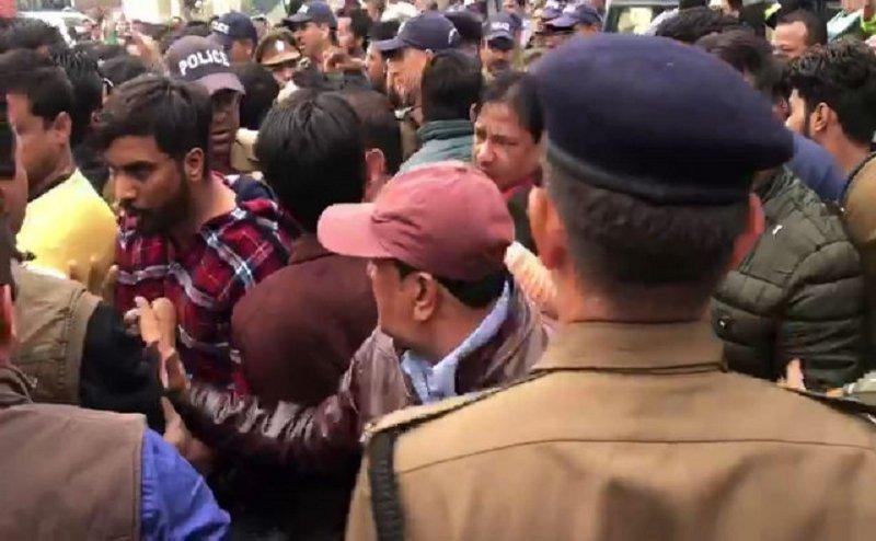 देहरादून में थाने में भिड़े कांग्रेस और बीजेपी कार्यकर्ता, जानिए पूरा मामला