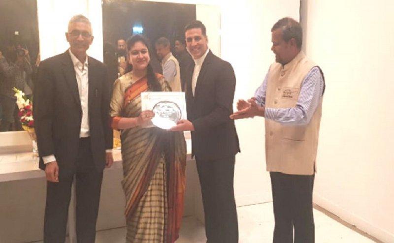 अभिनेता अक्षय कुमार ने गाजियाबाद की डीएम रितु माहेश्वरी को किया सम्मानित