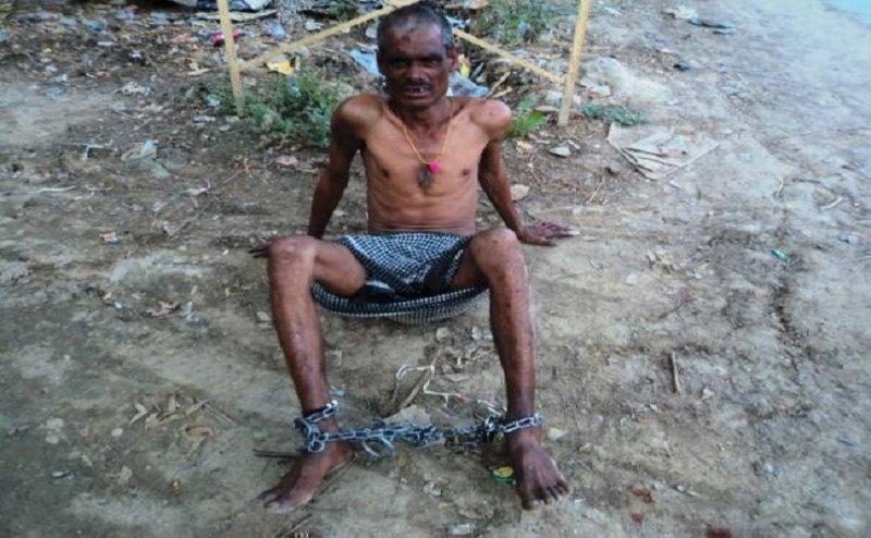 जौनपुर में पुलिस ने अधेड़ को जंजीरों से बांधा, पीड़ित लगा रहा छुड़ाने की गुहार