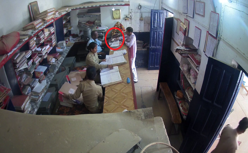 इलाहाबादः हंडिया थाने में रिश्वत लेते पुलिसकर्मी का वीडियो वायरल