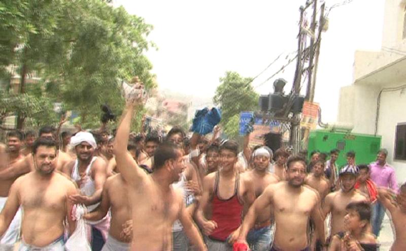 नोएडाः डंपिंग ग्राउंड के विरोध में लोगों ने कपड़े उतारकर किया प्रदर्शन