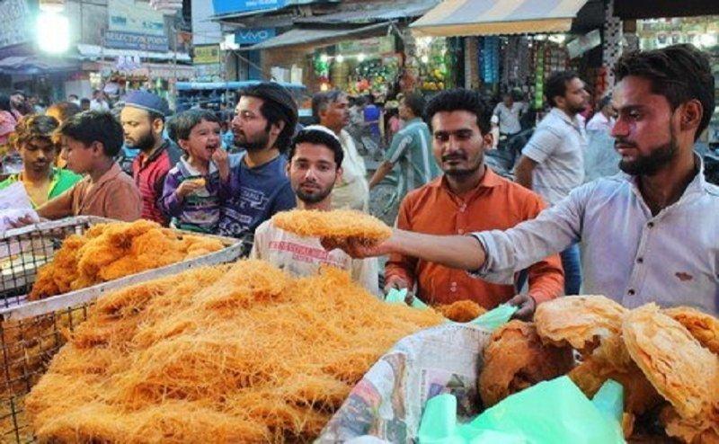 कल मनाई जाएगी ईद, खरीदारी के लिए बाजारों में बढ़ी रौनक