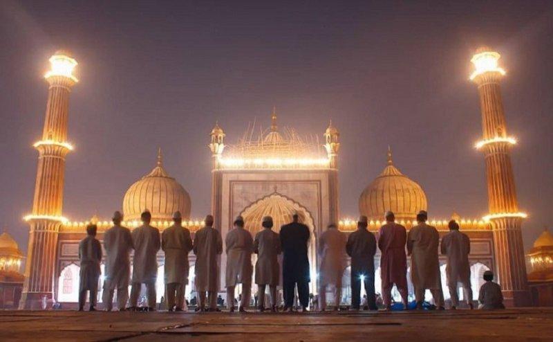 वाराणसीः ईद के मौके पर मुस्लिम बंधुओं ने मांगी अमन-चैन की दुआ