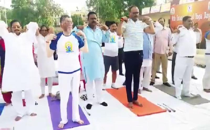 International Yoga Day: बरेली में इन नेताओं ने किया योग