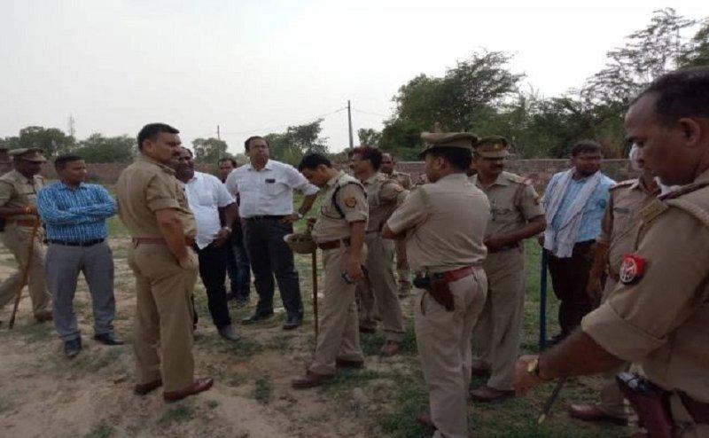 जमीन से कब्जा हटवाने गए अधिकारियों ने कमरे बंद होकर बचाई जान