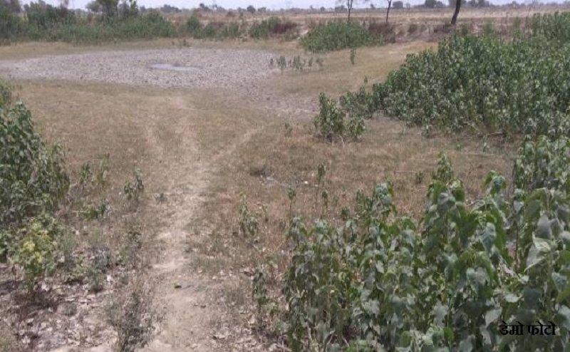 आगराः तालाब की सफाई के लिए ग्रामीणों ने तोड़ दी दीवार