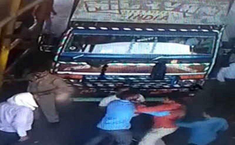 नोएडाः पुलिसकर्मियों ने टोल प्लाजा पर दिखाई वर्दी की रौब, की मारपीट