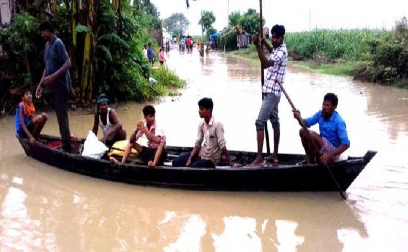 शारदा नदी का पानी आबादी वाले इलाके में घुसने से चलने लगी नाव