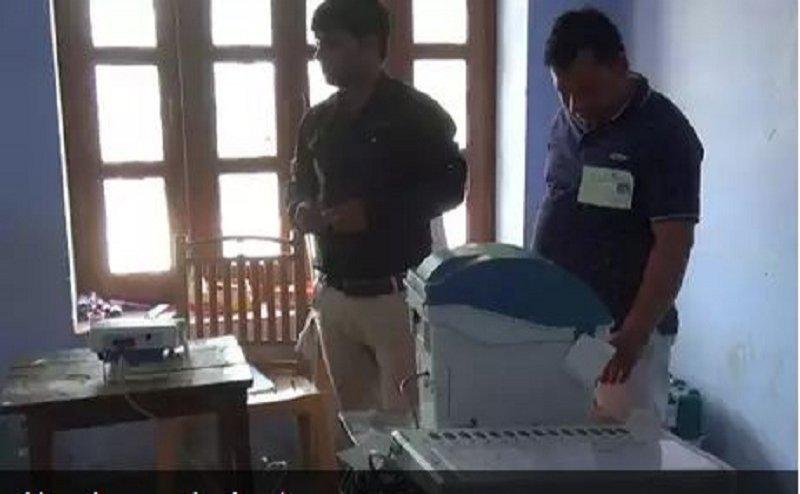 Lok Sabha Election 2019:बटन दबाया कमल का पर VVPAT पे  दिखे कप प्लेट के लोगो,शिकायत के बाद बदली ईवीएम