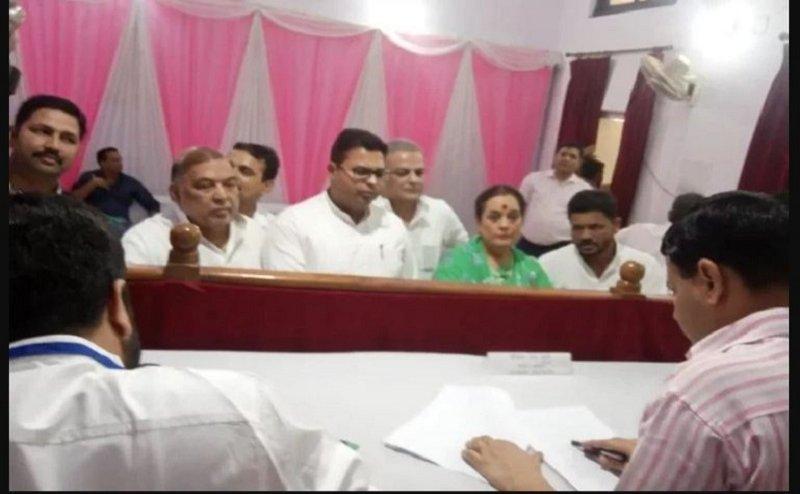 Lok Sabha Election 2019:शत्रुघ्न सिन्हा की पत्नी पूनम सिन्हा ने लखनऊ से किया नामांकन,राजनाथ सिंह से है टक्कर