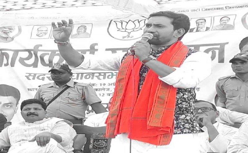 निरहुआ की जीत के लिए आजमगढ़ में सितारों का जमघट, आम्रपाली दुबे, पवन सिंह ने जीता वोटर्स का दिल