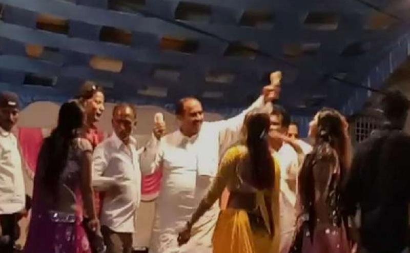 दिन में चुनाव प्रचार तो रात में बार बालाओं के साथ डांस करते नजर आएं ये सपा नेता