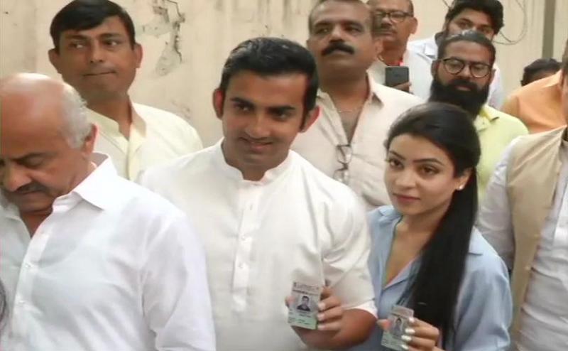 Lok Sabha Election 2019:  पत्नी संग वोट डालने पहुंचे गौतम गंभीर, पूर्व दिल्ली से आतिशी के खिलाफ लड़ रहे चुनाव