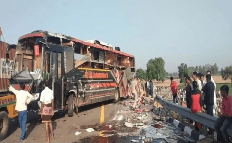 Lucknow-Agra Express Way बना बेहद खतरनाक, बस पलटने से पांच की मौत, 25 घायल