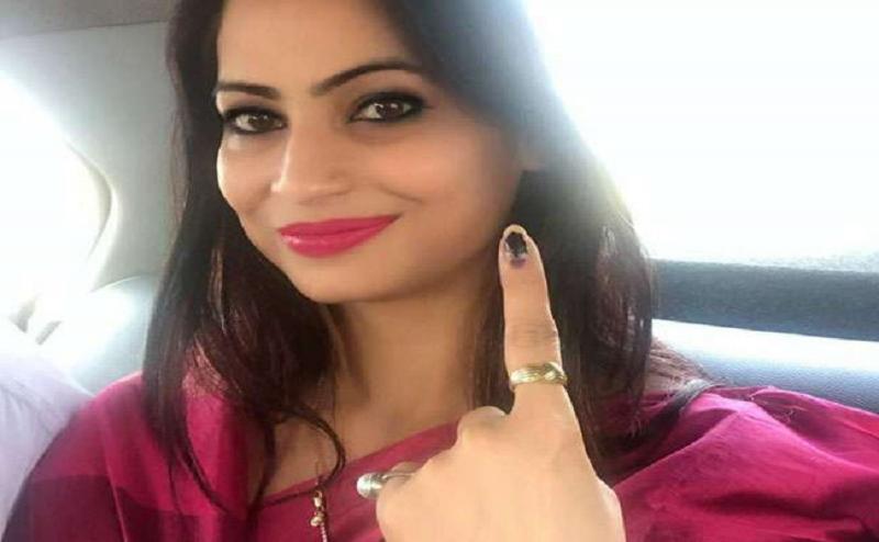 Lok Sabha Election 2019: पीली साड़ी वाली लेडी अफसर ने देवरिया में डाला वोट, मतदान कर्मियों ने ली सेल्फी