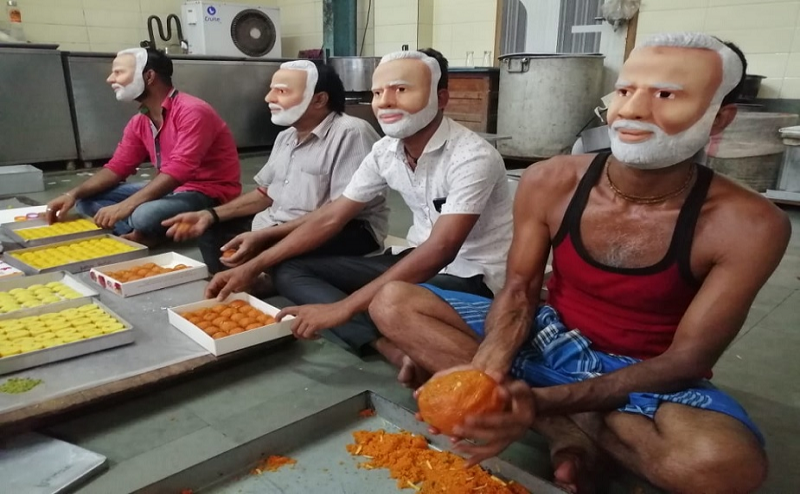 नतीजों से पहले BJP में गजब का उत्साह, मोदी मास्क पहन बनाई जा रही मिठाइयां