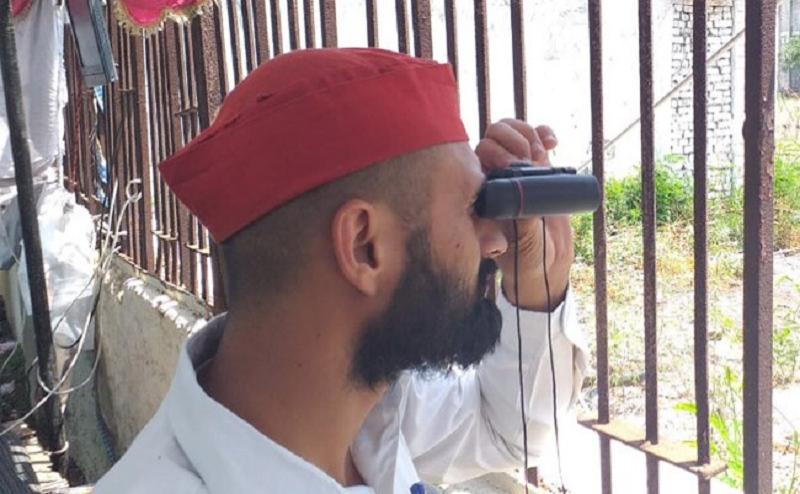 मेऱठ में SP-BSP कार्यकर्ताओं ने स्ट्रांग रूम के बाहर डाला डेरा, दूरबीन और कैमरों से कर रहे EVM की निगरानी