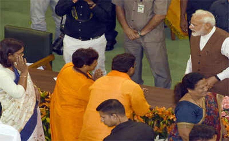 गोडसे को राष्ट्रभक्त कहने वाली साध्वी प्रज्ञा को पीएम मोदी ने नहीं किया माफ, सेंट्रल हॉल में अभिवादन के दौरान फेरा मुंह