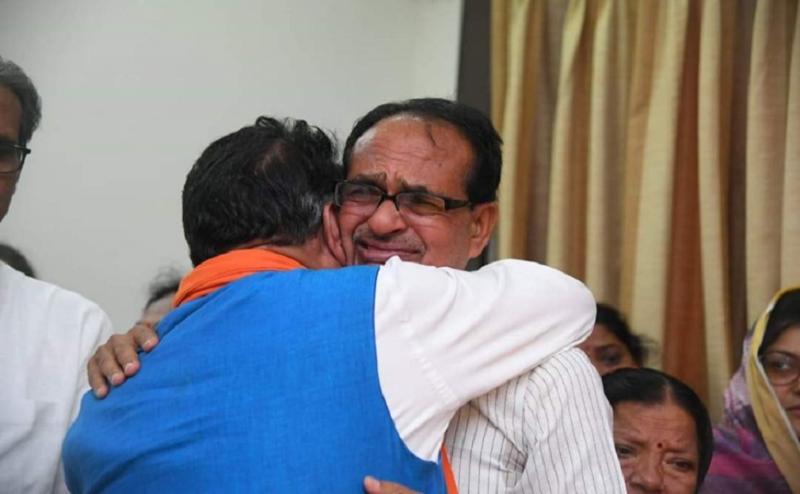 शिवराज सिंह चौहान के पिता का हुआ अंतिम संस्कार, मुख्यमंत्री कमलनाथ ने अर्पित किए श्रद्धा सुमन