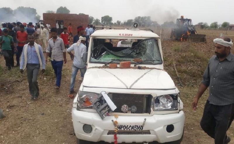 घर तोड़ने के विरोध में बेटियों के साथ महिला ने आग लगाई, ग्रामीणों ने तहसीलदार को बंधक बनाया
