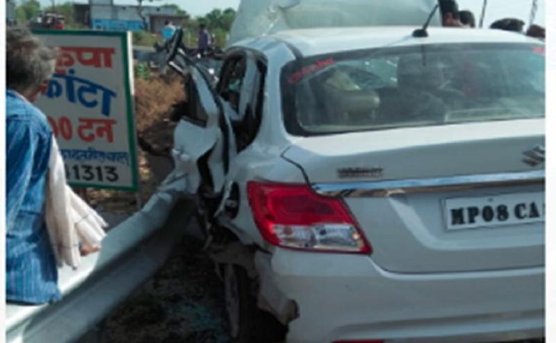 सागर में सड़क किनारे खड़ी जेसीबी से टकराई कार, एक परिवार के 5 सदस्यों की मौत