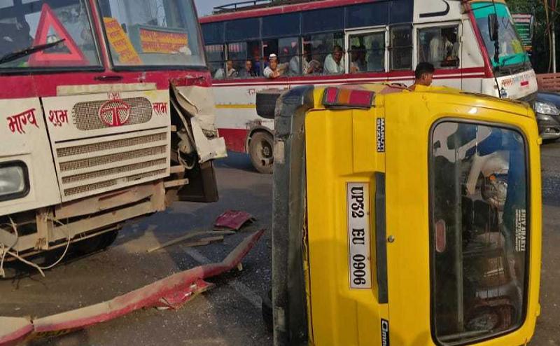 लखनऊ में रोडवेज बस की टक्कर से पलटी स्कूल वैन, 4 बच्चे घायल