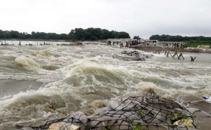 बिहार के पांच जिलों में बाढ़ का कहर जारी, मुजफ्फरपुर में बागमती नदी का तटबंध टूटा