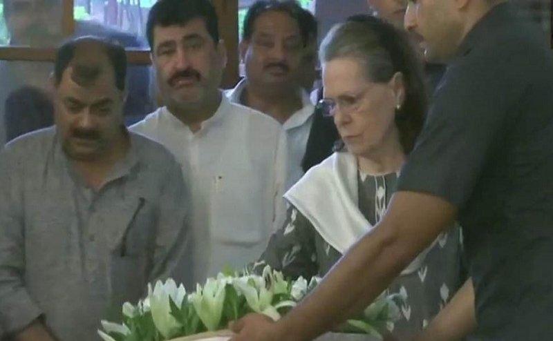 अंतिम दर्शन के लिए रखी गई शीला दीक्षित की पार्थिव देह, श्रद्धांजलि देने पहुंचीं सोनिया गांधी