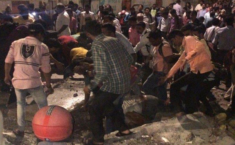 मुंबईः CST फुटओवर ब्रिज गिरा, 1 शव निकाला गया, कई लोगों के दबने की आशंका