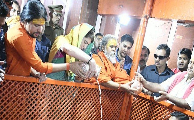 Lok Sabha Election 2019: यूपी फतह के लिए त्रिवेणी संगम पहुंची प्रियंका गांधी, गंगा पूजन के बाद नाव से हुईं रवाना