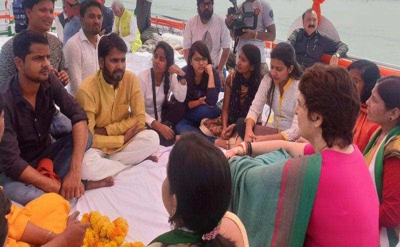 Lok Sabha Election 2019: PM मोदी के मन की बात का जवाब, प्रियंका गांधी नाव पर छात्रों से कर रही 'सांची बात' (तस्वीरें)