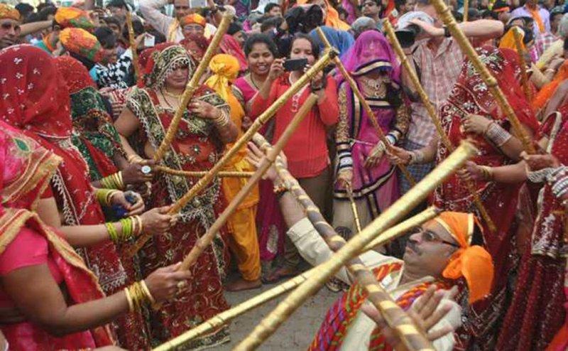 गोकुल में होली का उल्लास, गोपियों संग छड़ीमार होली खेलेंगे कान्हा, जानिए क्या है यह अनोखी परंपरा