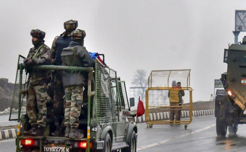 J&K: CRPF काफिले के पास फिर ब्लास्ट, आतंकियों ने बारामूला में की एक नागरिक की हत्या