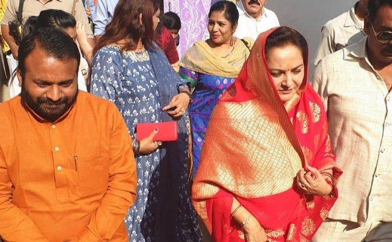 Lok Sabha Election 2019: जया प्रदा ने अपने बर्थ डे पर रामपुर से भरा नामांकन का पर्चा, नकवी भी थे साथ