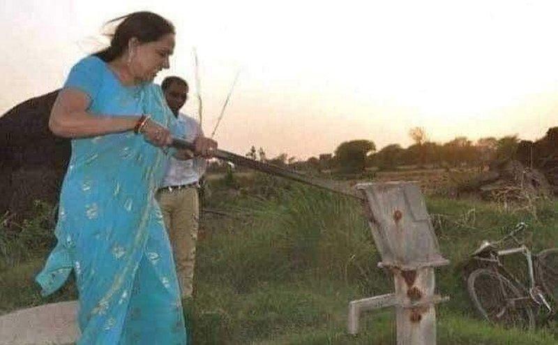 Lok Sabha Election 2019: ड्रीम गर्ल अब चला रही हैं हैंड पंप, चुनावी रण में हेमा मालिनी को बहाने पड़ रहे हैं पसीने