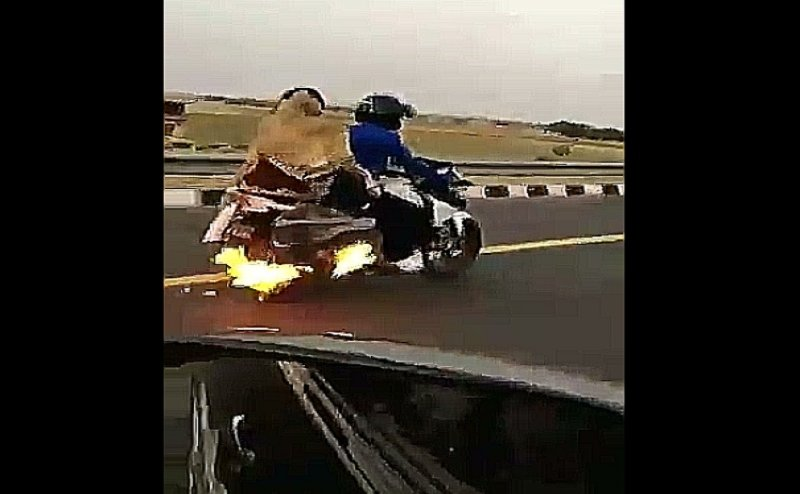 UP Police के साहस को सलाम, 4 KM पीछा कर बुझाई बाइक में लगी आग और बचाई परिवार की जिंदगी