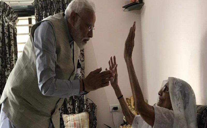 Lok Sabha Election 2019: गांधीनगर में वोट डालने से पहले मां का आशीर्वाद लेने पहुंचे PM मोदी