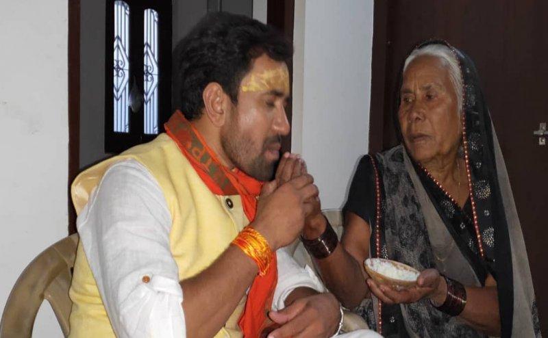 भोजपुरी स्टार निरहुआ ने मां से लिया आशीर्वाद, फैंस बोले- PM मोदी को कर रहे हैं फॉलो
