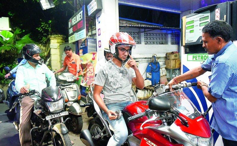 UP के इस शहर में बिना हेलमेट अब नहीं मिलेगा पेट्रोल, CCTV से होगी सख्त निगरानी