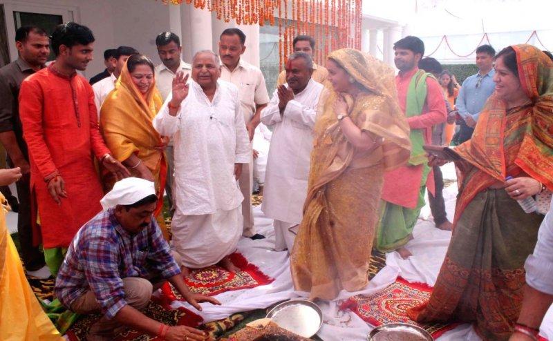 मुलायम ने अपने नए घर में किया गृह प्रवेश, हवन-पूजा में अखिलेश-डिंपल भी मौजूद
