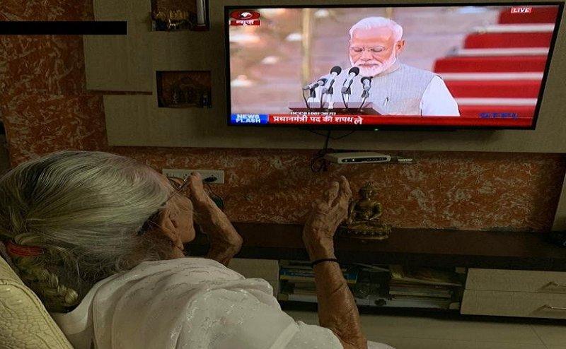 दूसरी बार प्रधानमंत्री बने नरेंद्र मोदी, मां हीराबेन ने खुशी से बजाई ताली