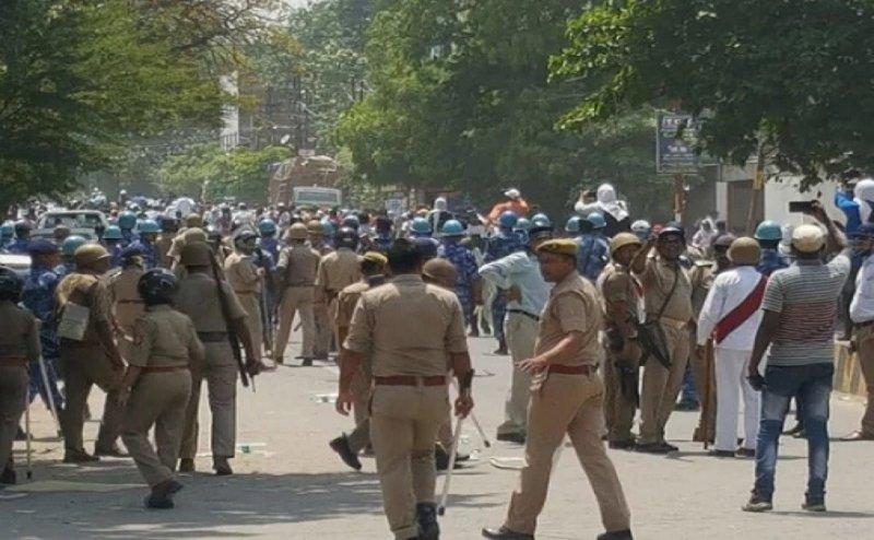UPPSC के बाहर हंगामा, प्रदर्शन कर रहे प्रतियोगियों पर लाठीचार्ज, पुलिस पर पथराव