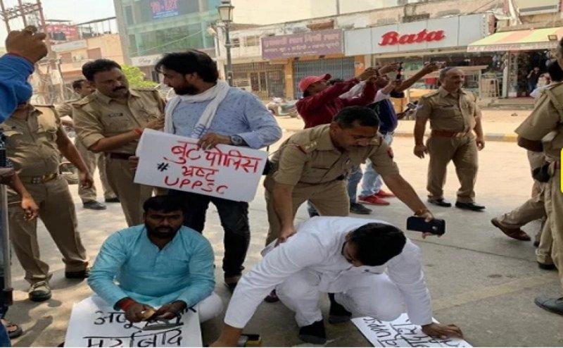 UPPSC परीक्षा स्थगित होने पर छात्रों का फूटा गुस्सा, जूता पॉलिश कर दीं गिरफ्तारियां