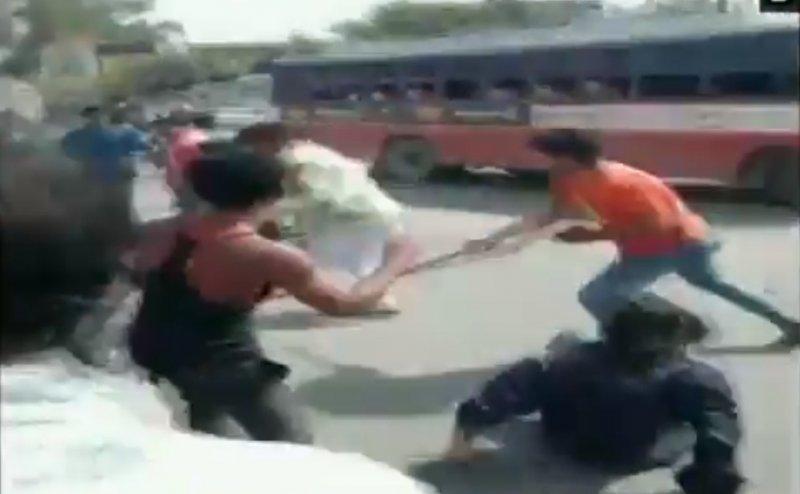 भीड़ का तांडव: बागपत में सेना के दो जवानों को दौड़ा-दौड़ाकर पीटा, कोई नहीं आया बचाने