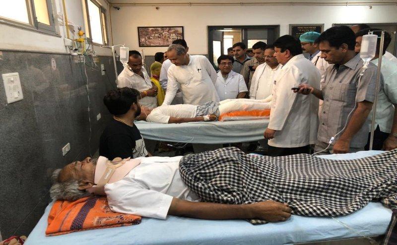 बाड़मेर हादसा: घायल लोगों से मिलने पहुंचे CM गहलोत, कहा- दोषियों के खिलाफ कार्रवाई होगी