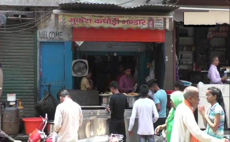 अलीगढ़ के कचौड़ी बेचने वाले 'करोड़पति' ने बताया- टैक्स विभाग के अधिकारी प्रताड़ित कर रहे हैं