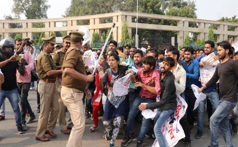 पटना में प्रदर्शन कर रहे शिक्षकों को पुलिस ने दौड़ा-दौड़ा कर पीटा