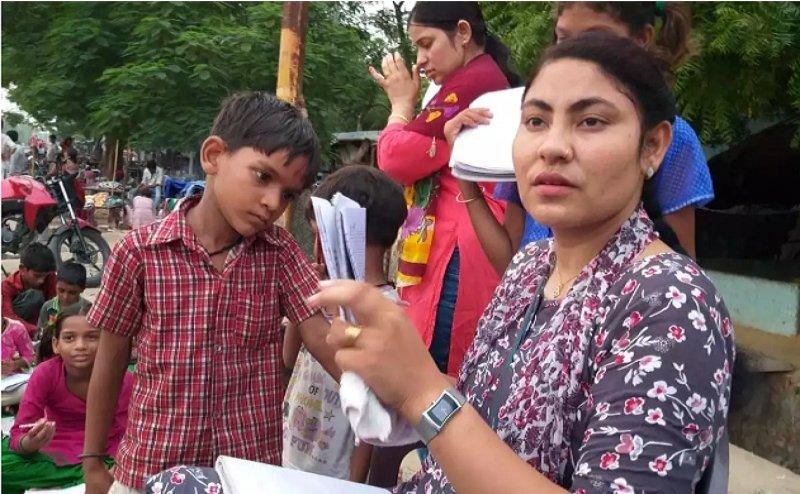 बुलंदशहर की ये 'पुलिस मैम' गरीब बच्चों को दे रही हैं मुफ्त शिक्षा