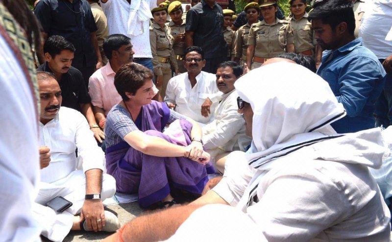सोनभद्र नरसंहार: धरने पर बैठी प्रियंका गांधी को हिरासत में लिया गया, रोका गया काफिला